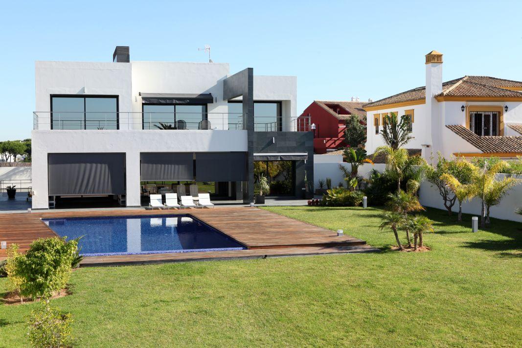 Vivienda con piscina y jardin en parcelas del golf 67 for Piscinas chiclana